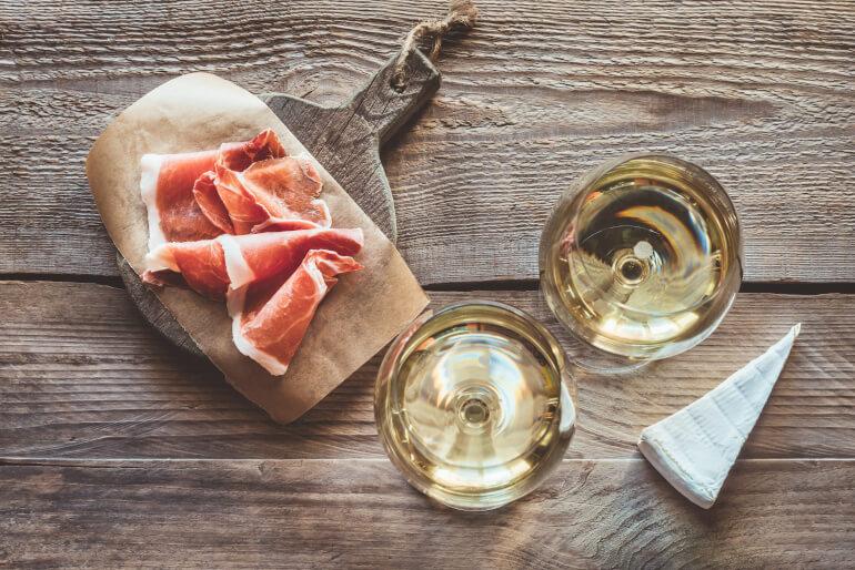 Sauvignon Blanc mit Schinken und Kaese
