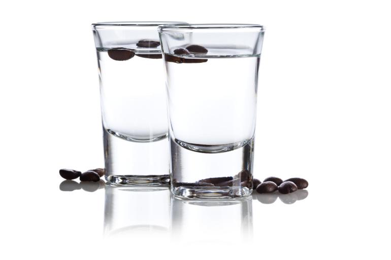 Zwei-Sambuca-mit-Kaffeebohnen