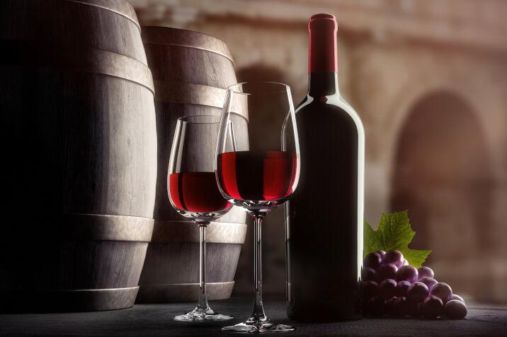 Zwei Shiraz Rotweine mit Flasche und Faessern