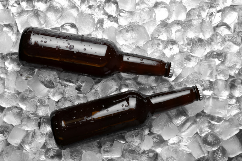 Eisbock auf Eis