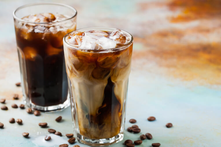 Kaffee mit Schuss und Eiswuerfeln