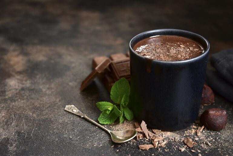 Kaffee mit Schokolade im Kakaobecher
