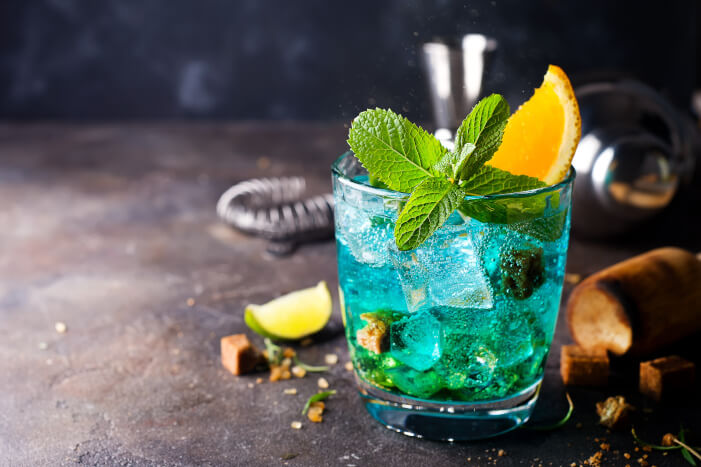 Blue Curacao mit Minze und Orange