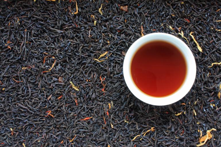 Schwarzer Tee mit Flocken