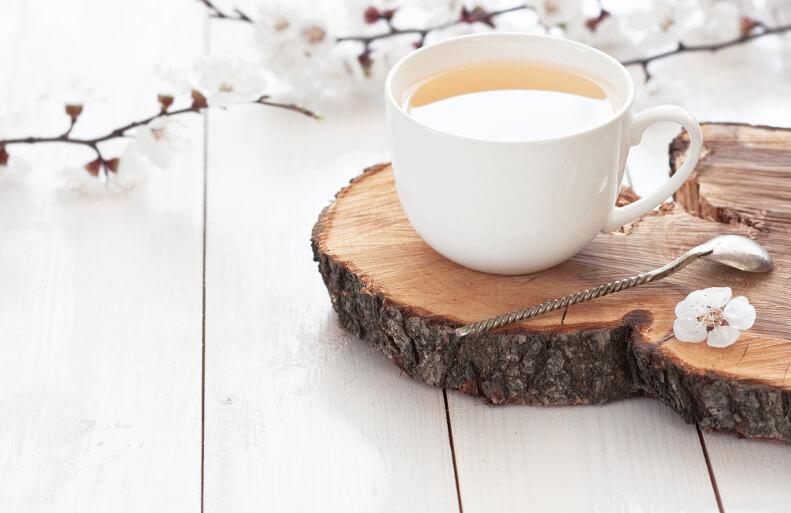Weisser Tee Holzbrett