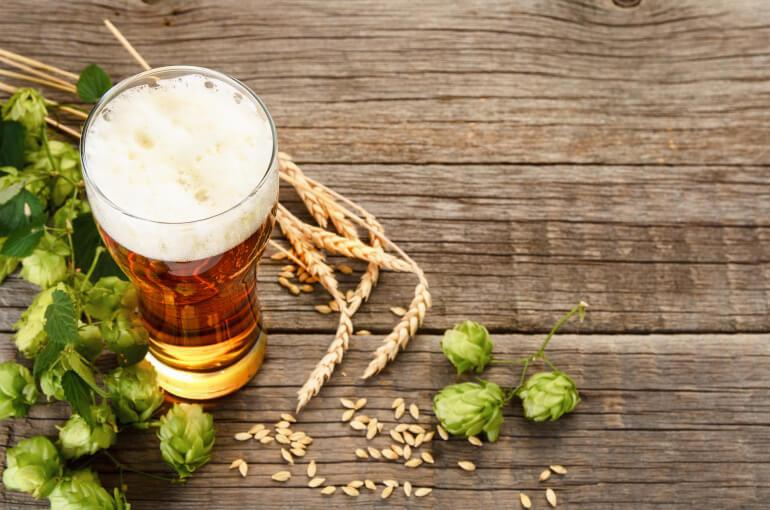 Bier Dunkel Weizen auf Holztisch