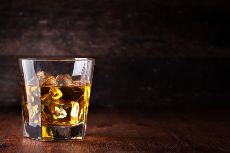 Scotch mit Eiswuerfel