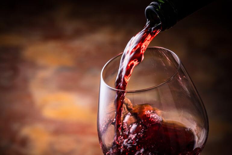 Pinotage Wein Einschenken