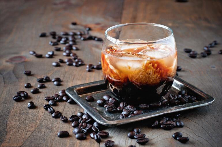 Kahlua mit Kaffeebohnen